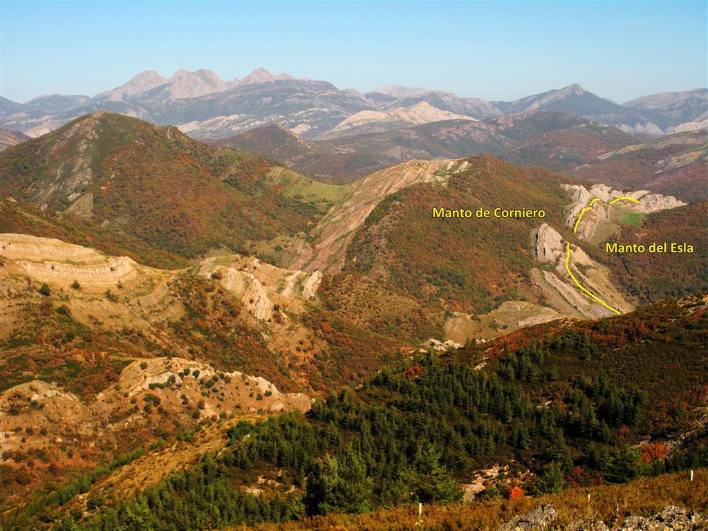 Panorámica del cabalgamiento del Manto del Esla desde la Camperona, una elevación situada en la cercana localidad de Sotillos de Sabero, desde donde se obtiene una vista privilegiada de gran parte de la Región del Manto del Esla.