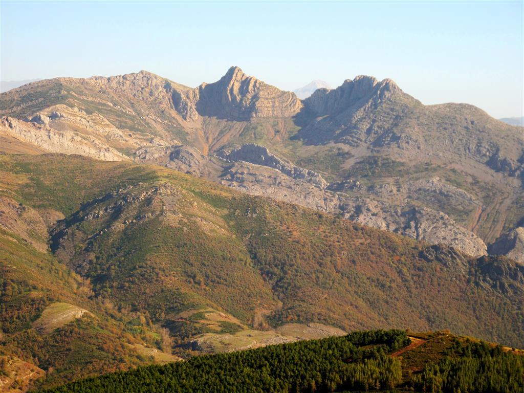 Panorámica de la vertiente noroccidental de Peña Rionda y de los picos Moro norte y sur desde el Alto de la Camperona, en la cercana localidad de Sotillos de Sabero. Todas estas elevaciones forman parte del Antiforme de Pardominos, que en esta área concreta afecta a los materiales del Manto del Esla, una de las láminas alóctonas que forman parte de la Región del Manto del Esla. La cima situada a la izquierda de la imagen corresponde al pico Aguasalio, una de las culminaciones del Sinforme de Aguasalio.