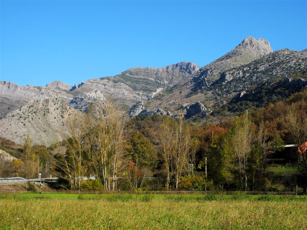 Panorámica del macizo de Peña Rionda desde las inmediaciones de Santa Olaja de la Varga. La elevación visible a la derecha de la imagen corresponde al pico Moro, muy cercano a la vertiente sur de Peña Rionda. La cima del centro de la fotografía corresponde al pico Aguasalio.