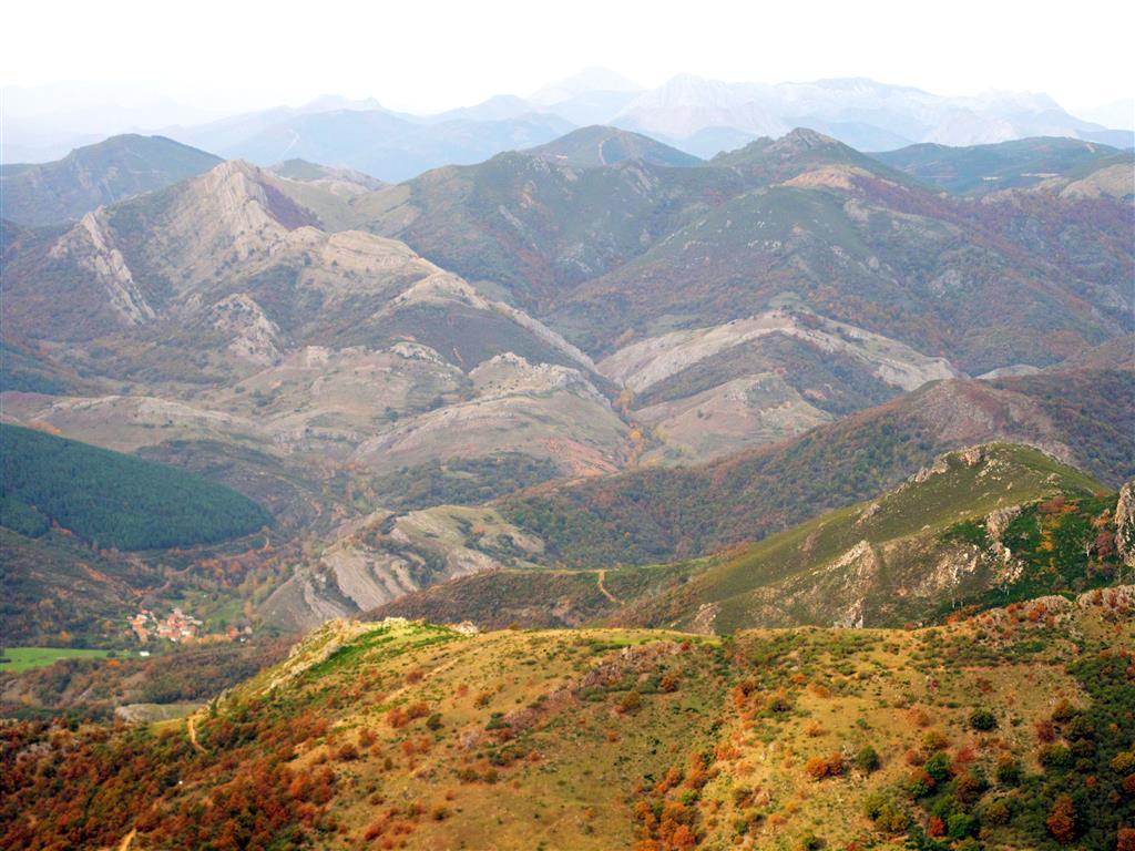 Panorámica del Manto de Corniero y de los dúplex de Pardominos-Primajas desde la cima de Peña Rionda. En el sector occidental de la Región del Manto del Esla (hacia el oeste de Peña Rionda), tanto las unidades litológicas como las estructurales tienen carácter preorogénico.