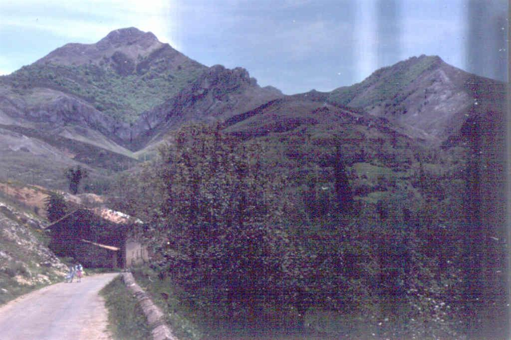 Sinclinal de Aguasalio, en el aloctono del Manto (fotografía tomada en 1981).