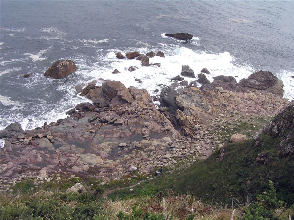 Vista desde el borde del acantilado sobre la Plataforma de Arnao