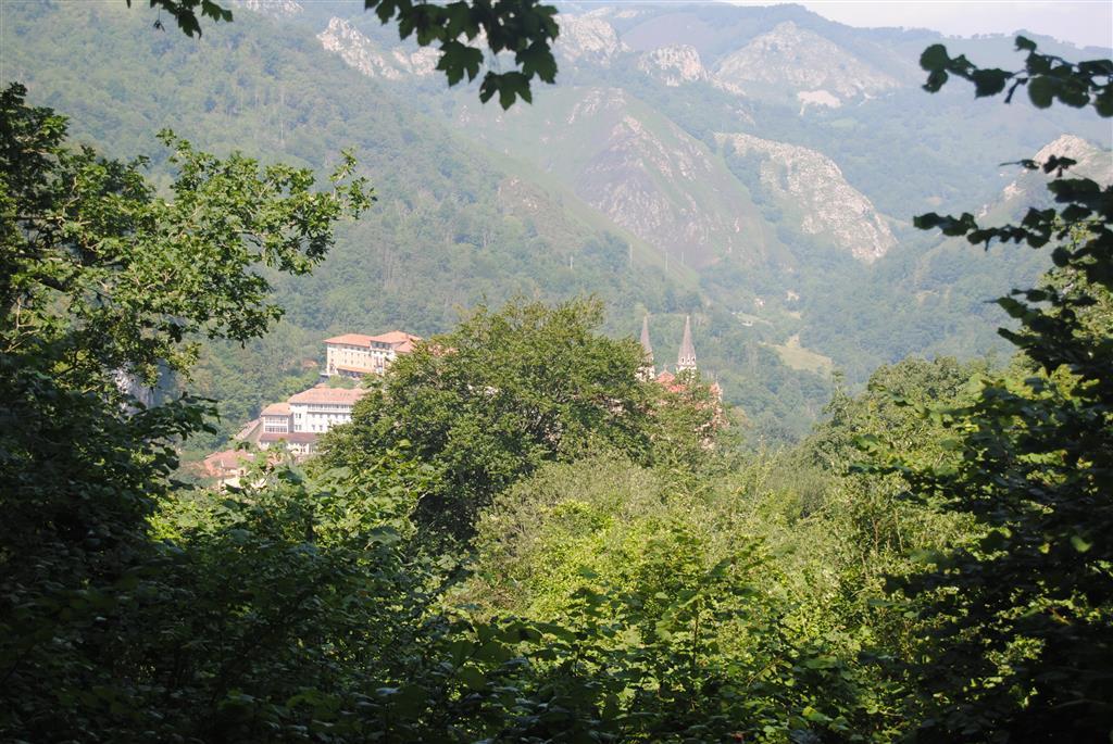 El santuario de Nª Sra. De Covadonga, desde el mirador de los Canónigos, donde se recomienda aparcar el vehículo para realizar el corte