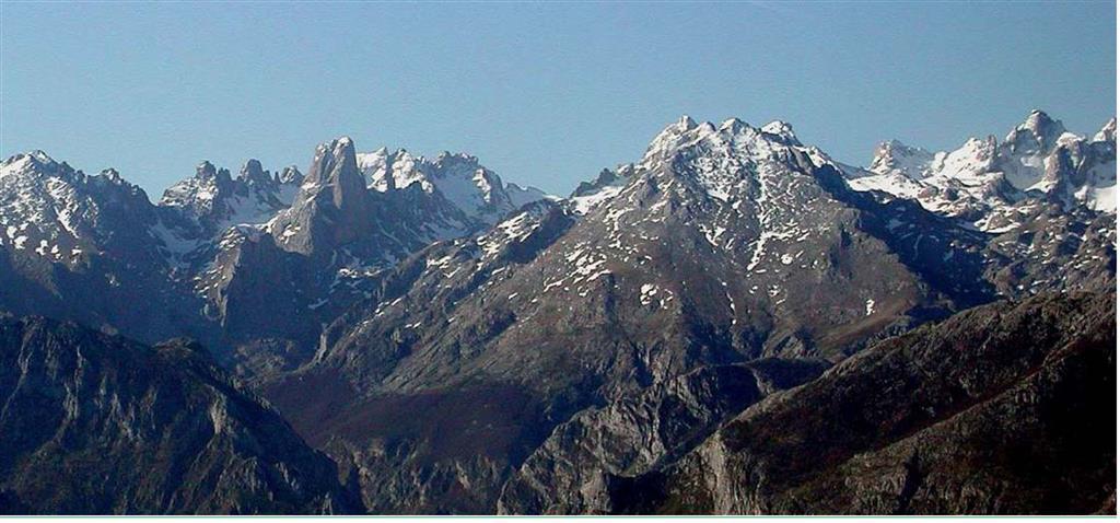 Panorámica del macizo central de los Picos de Europa desde el extremo occidental de la Sierra del Cuera, destacando las cimas del Naranjo de Bulnes, Los Albos y Torrecerredo.