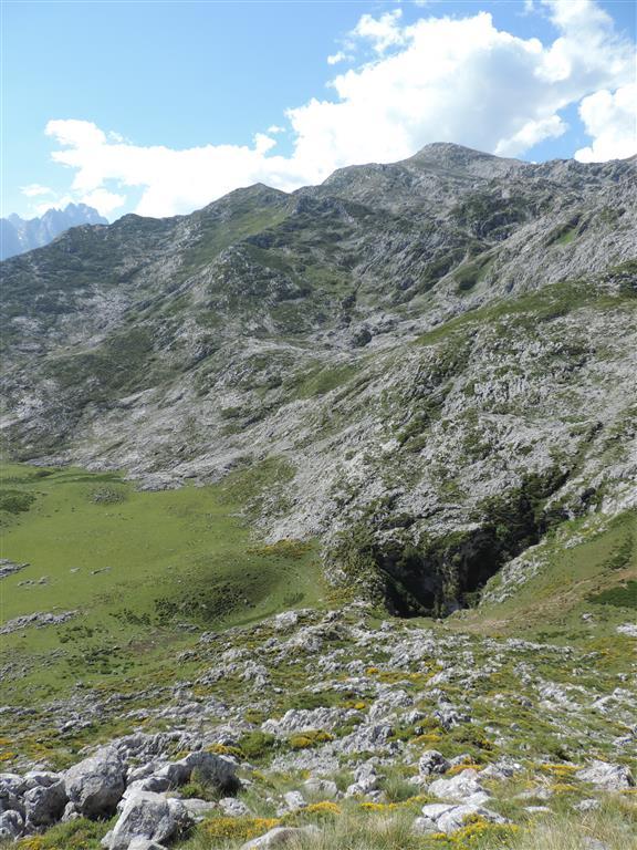 Karst alpino del entorno de Vega Maor y Cabeza Hulaga, dominado por valles y circos glaciares, till y la sima decapitada por los glaciares, denominada Pozu Los Texos