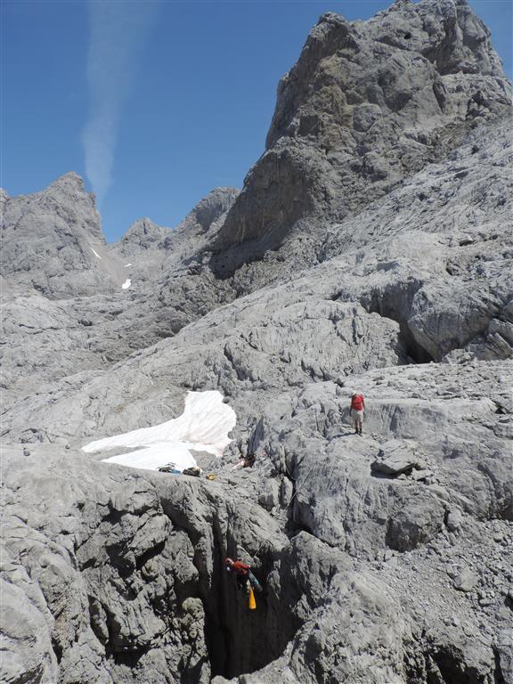 Karst alpino del Jou Las Pozas, con un lapiaz desnudo en el cual se encuentra el Pozu de La Sombrona.