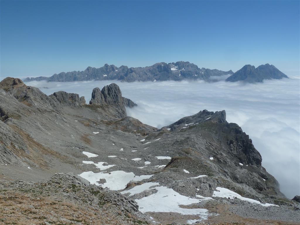 Superposición de modelados glaciar, kárstico y de laderas visto desde la Torre Bermeja (Macizo del Cornión). Al fondo Macizo Central de Los Picos de Europa.