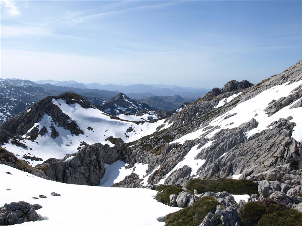 Karst nival desarrollado sobre las depresiones glaciokársticas de Los Hondones (Sur de Peña Hascal).