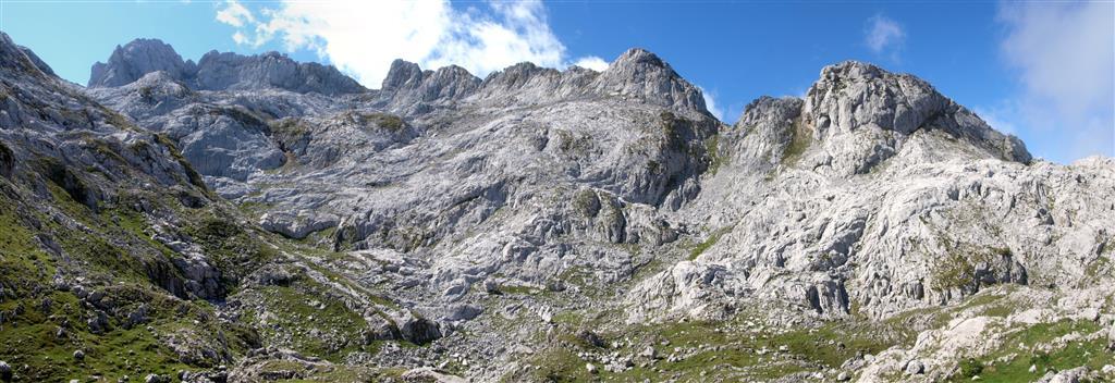Panorámica del entorno del Collado de La Fragua, Barrastrosas y Torre Santa María. Se observa el modelado glaciar y kárstico.