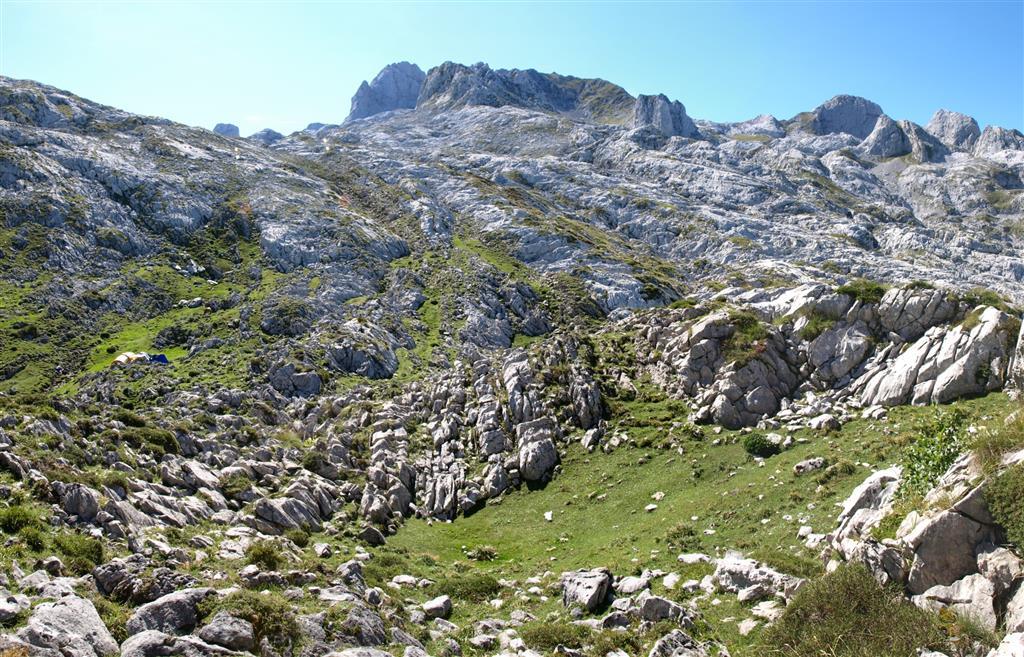 Vista del entorno de La Peña Santa desde el Norte. Se observa un lapiaz desarrollado preferentemente a favor de la estratificación.
