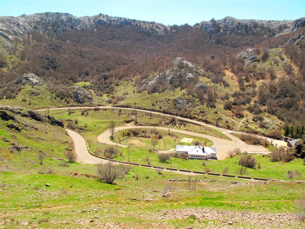 Vista de las infraestructuras turísticas de la cueva de Valporquero, construidas sobre una uvala. Alrededor de la misma se identifican varios relieves residuales de tipo hum.