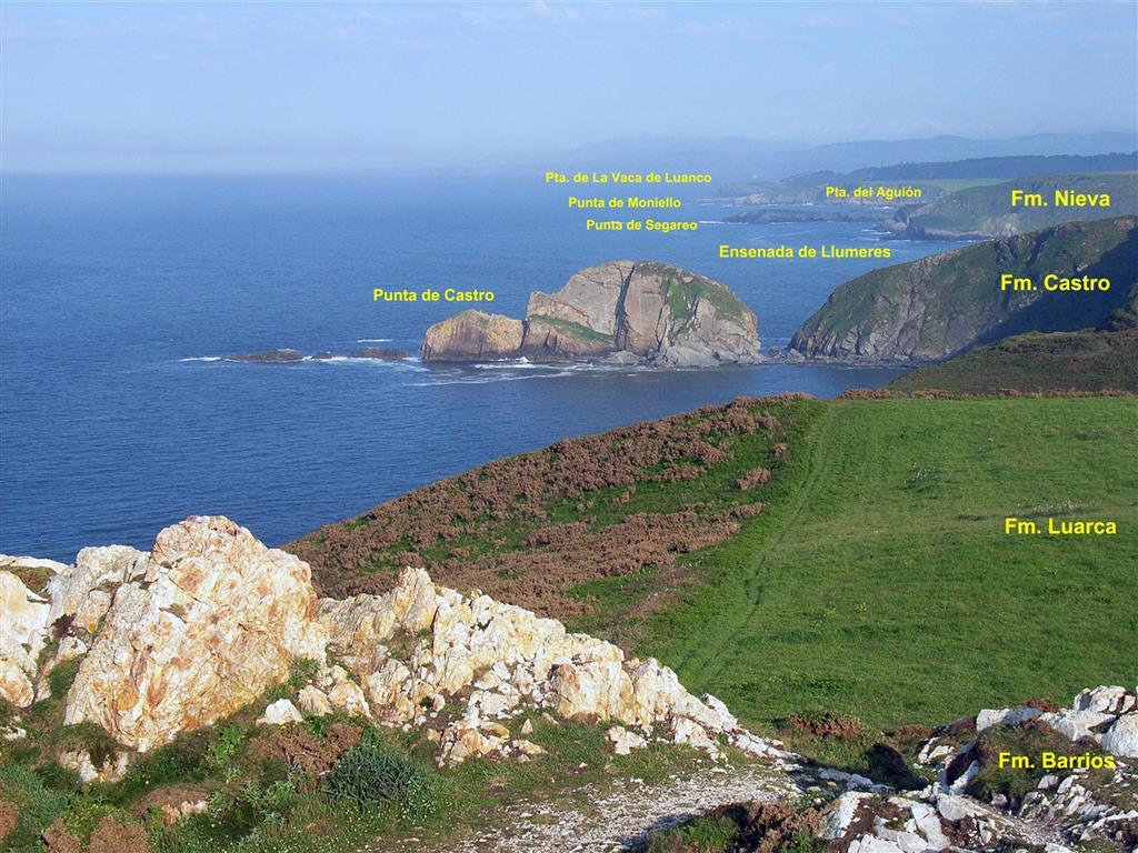Vista panorámica desde el Cabo Peñas hacia el este en la que se pueden reconocer las diferentes formaciones del Paleozoico (aquéllas que son visibles), que aquí supone una sucesión prácticamente continua hasta la Punta de la Vaca.