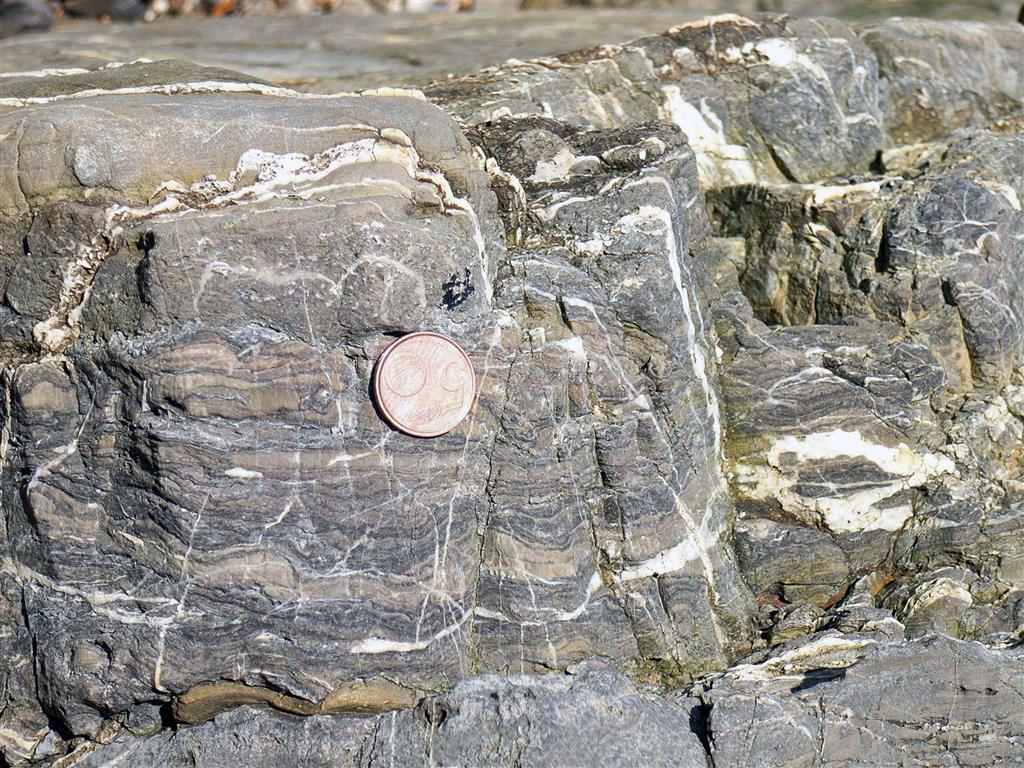 Niveles con laminaciones orgánicas, propias de un medio intermareal, situados en el borde oriental de la playa de Bañugues.