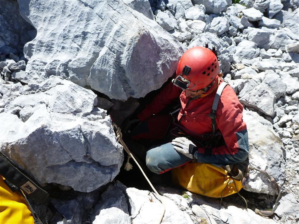 Torca del Cerro: boca de entrada a la Sima. Es un estrecho ventanuco abieto en un canchal (Foto Raúl López)