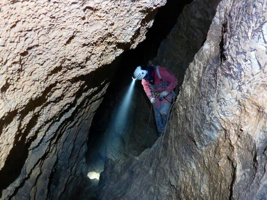 Pozo vertical en la sección de la cavidad entre -200 y -300 m. Se trata de un tubo freático vertical de varios metros de anchura que aprovecha diaclasas verticales en algún caso. Sección bastante circular (Foto Raúl López)