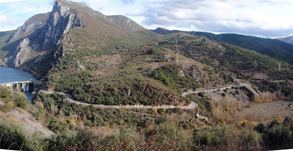 Panorámica del corte, desde la cerrada del embalse de Peñarrubia, donde afloran las calizas de La Aquiana, hasta las pizarras de la Fm Salas (Pridoliense-Devónico), a la derecha de la fotografía