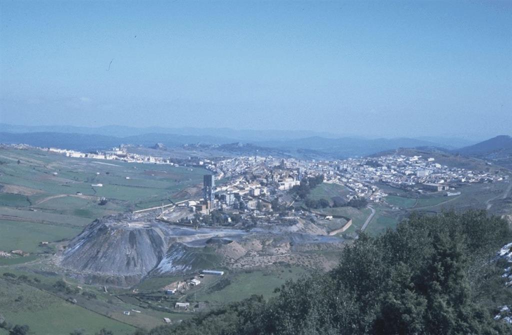 Vista de la mina de Almadén desde la Virgen del Castillo. En primer término está el pozo San Joaquín, con la población de Almadén detrás de las instalaciones mineras, todo ello sobre la corrida de la Cuarcita del Criadero.