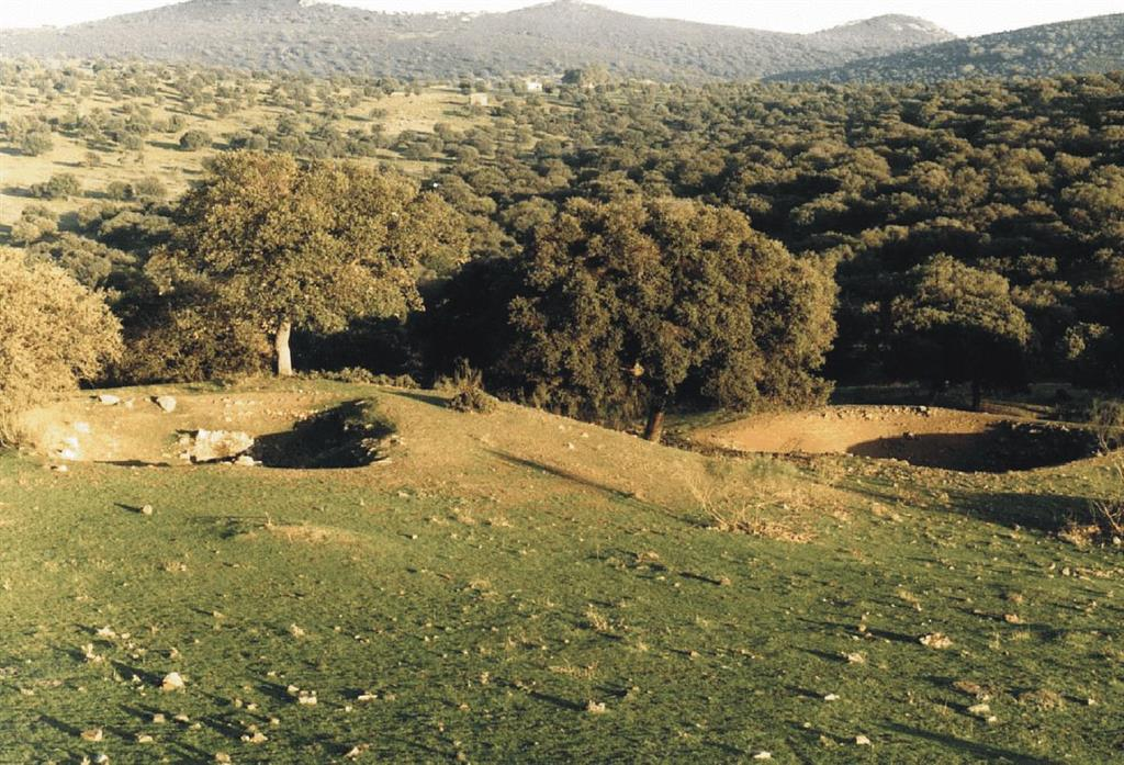 Imagen paisajística de la zona de la mina Guadalperal. En primer término se pueden ver los restos de las labores mineras del siglo XVIII
