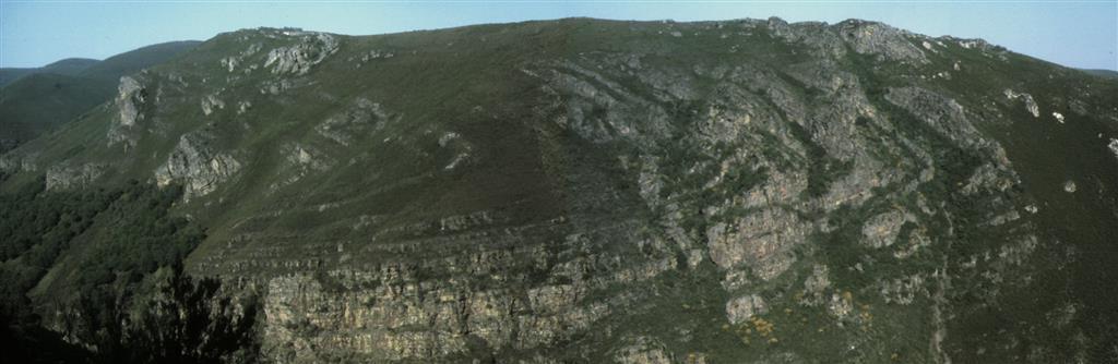 Detalle de la charnela del sinclinal del Courel, vista desde el km 9 de la carretera de Quiroga a Folgoso do Courel. Norte a la izquierda