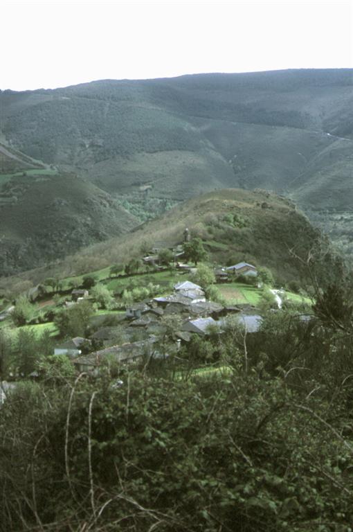 Vista de Vilamor hacia el sur. La cresta que hay detrás del pueblo son las Pizarras de Luarca, con las que se han construido las casas y sus característicos techos