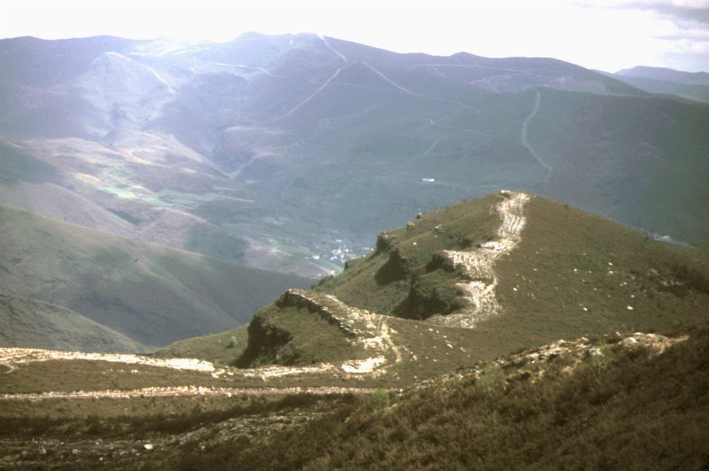 Cuarcita Armoricana en el flanco inverso del Sinclinal del Courel vista desde el Alto do Castro