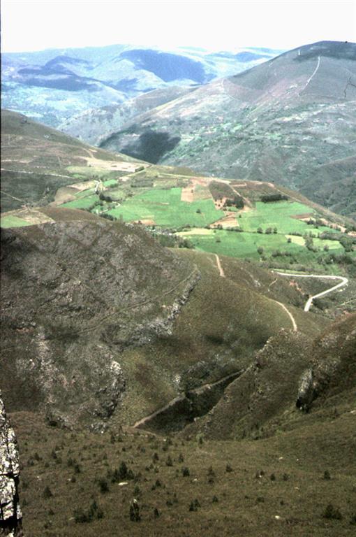 Pizarras del Silúrico en el flanco inverso del Sinclinal del Courel vistas desde el Alto do Castro. La Cuarcita Armoricana aflora encima, culminando el alto