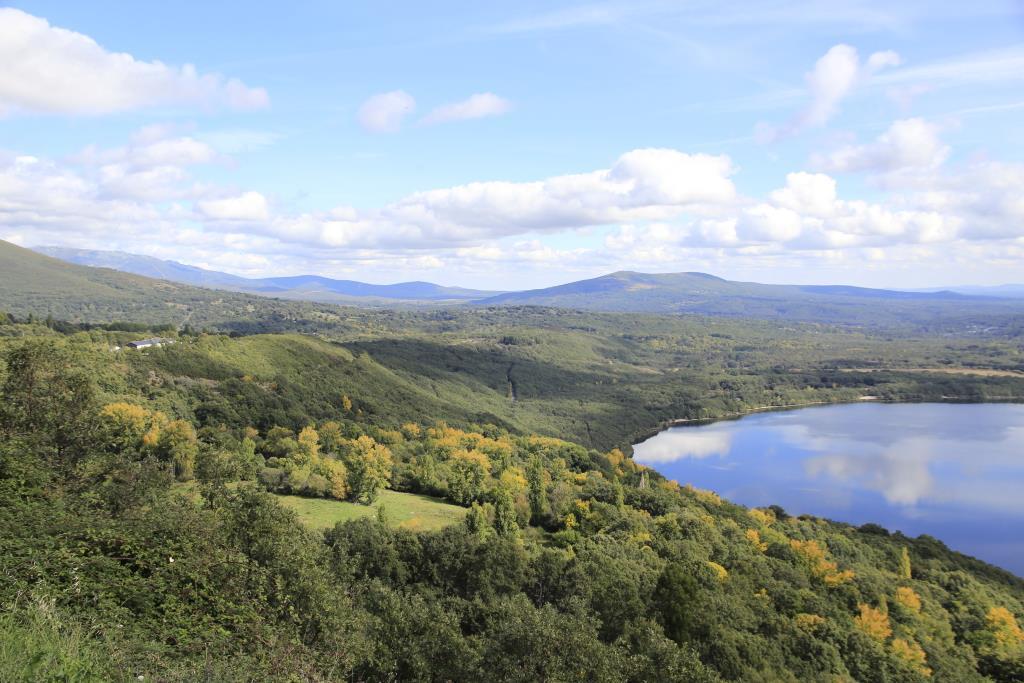 Extremo NE del lago con la vertiente y la morrena norte.