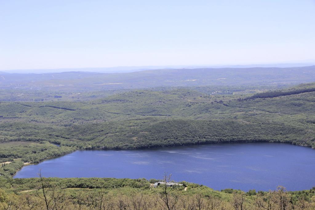 Extremo SE del lago con la morrena sur.