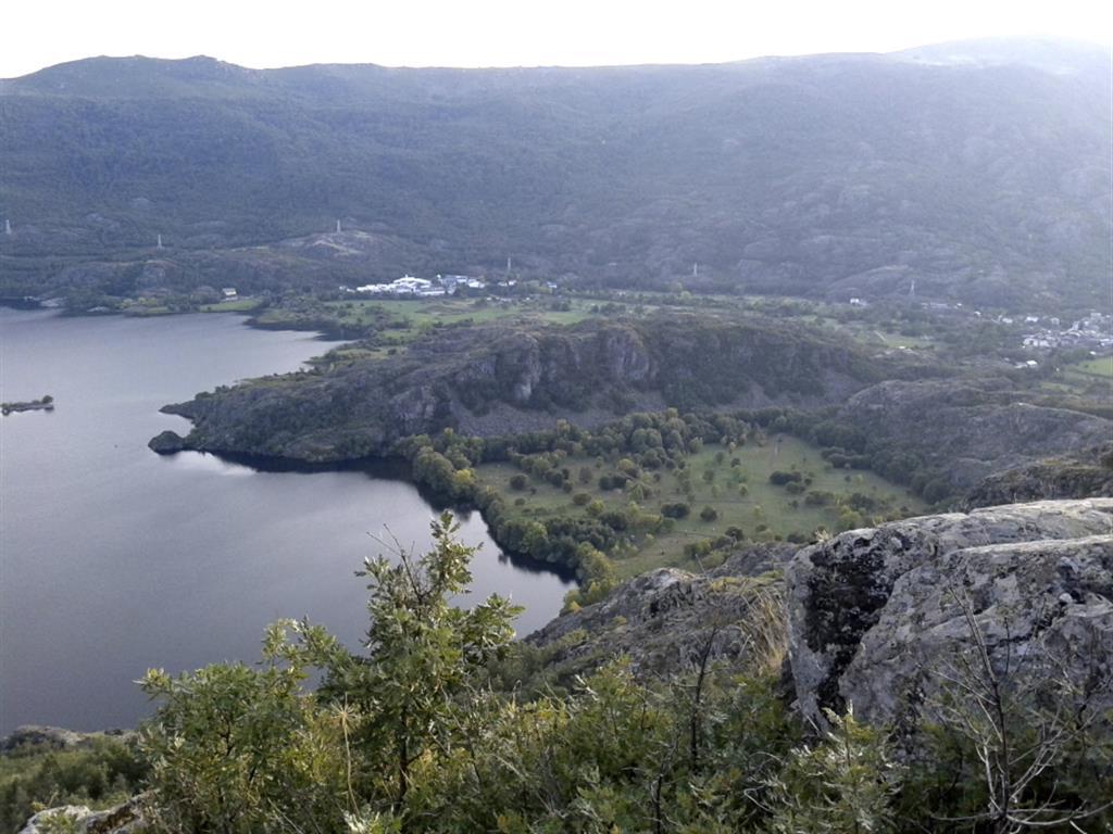 Orilla Oeste de lago con el Peñón de Castro y las dos zonas de colmatación entorno al mismo.