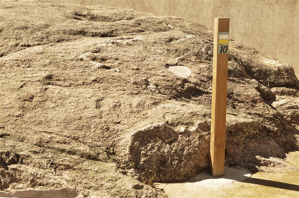 Afloramiento 1 (principal): del granito de Juzbado señalizado con una baliza.