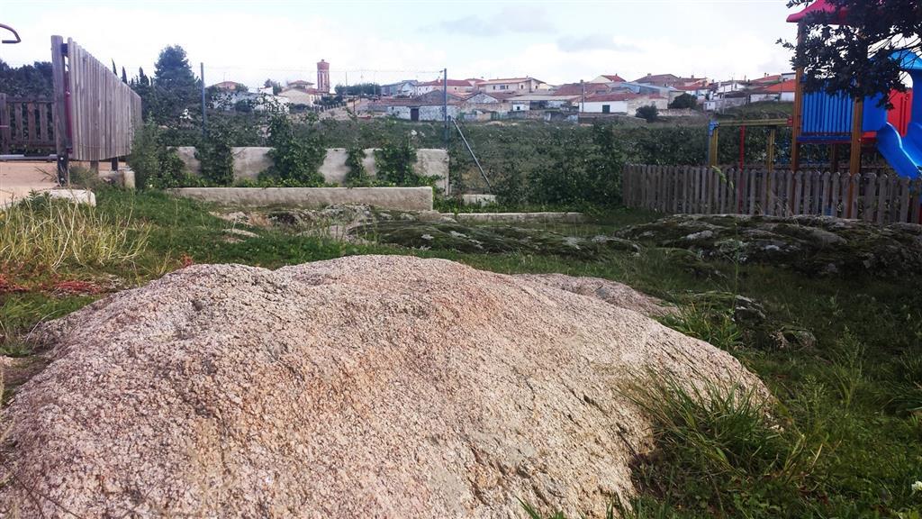 Afloramiento 5: Aspecto del berrocal en área urbanizada. Nótese que se ha respetado.