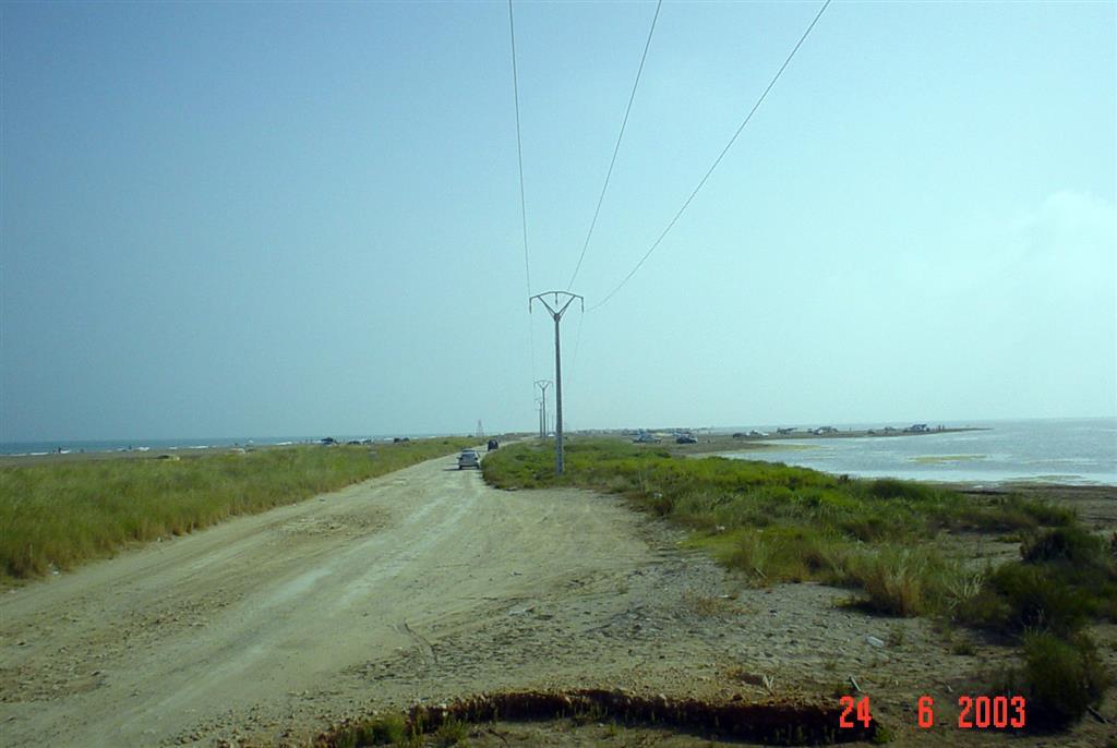 Vista general de la flecha de Trabucador hacia el Sur (La Banya). Al fondo a la derecha se observan depósitos de desbordamiento (overwash fans) generados por oleaje energético de levante.