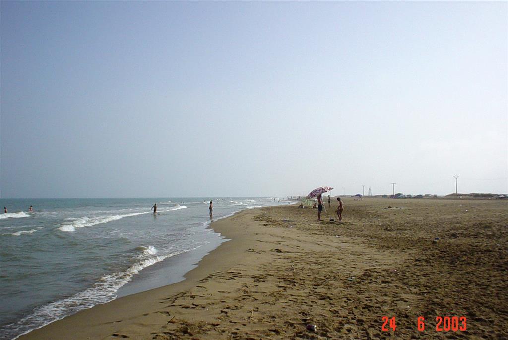 Playa de Trabucador, expuesta al oleaje mediterráneo. Obsérvese la acusada pendiente de la zona intermareal, característica de un perfil reflectivo micromareal, así como la presencia de una doble berma de verano.