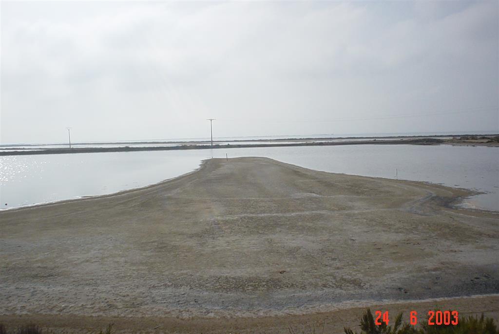 Depósito arenoso cuspidado en interior de salina abandonada en La Banya. El depósito, presenta diversas acumulaciones de cantos (a la derecha), que señalan distintos niveles de inundación.