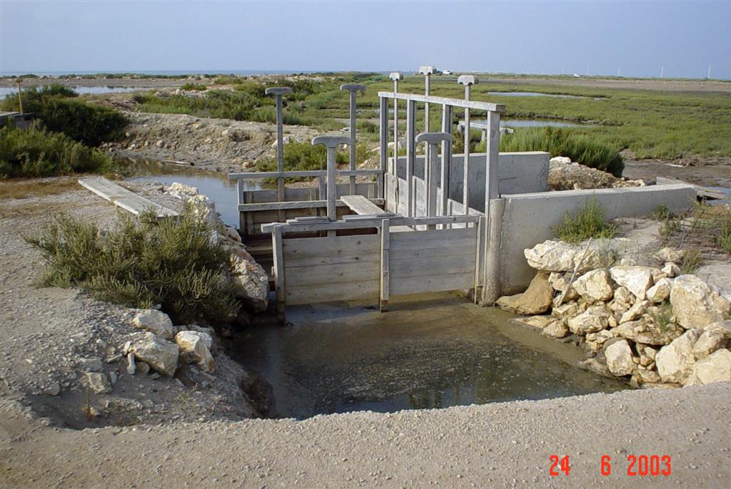 Sistema tradicional de compuertas entre canales que comunican salinas. Península de la Banya.