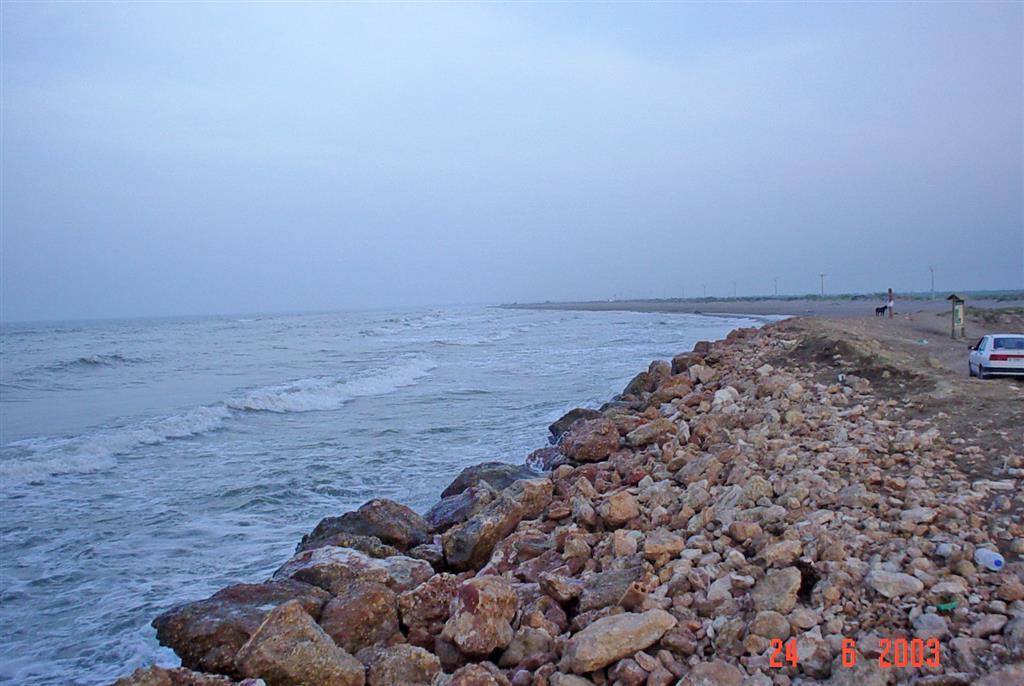 Escollera de protección de la playa de la Marquesa (Península del Fangar). La escollera evita que la erosión costera, muy intensa en este punto, afecte a una instalación cercana (restaurante).