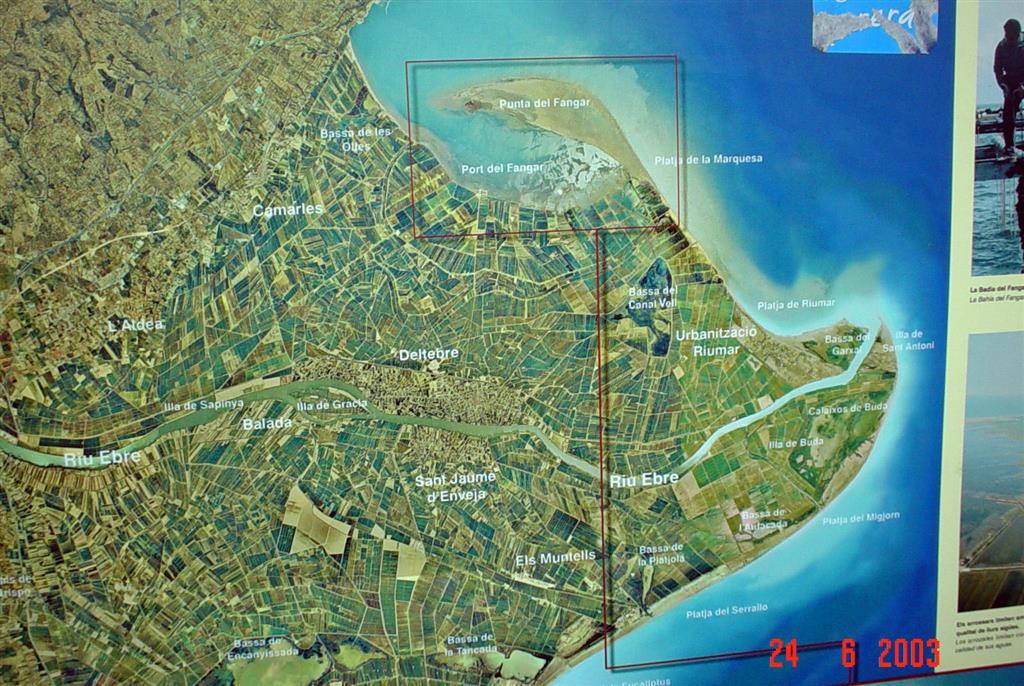 Imagen de satélite del Delta del Ebro. La imagen corresponde a un cartel informativo del Parque Natural, ubicado en el arranque de la flecha del Fangar.