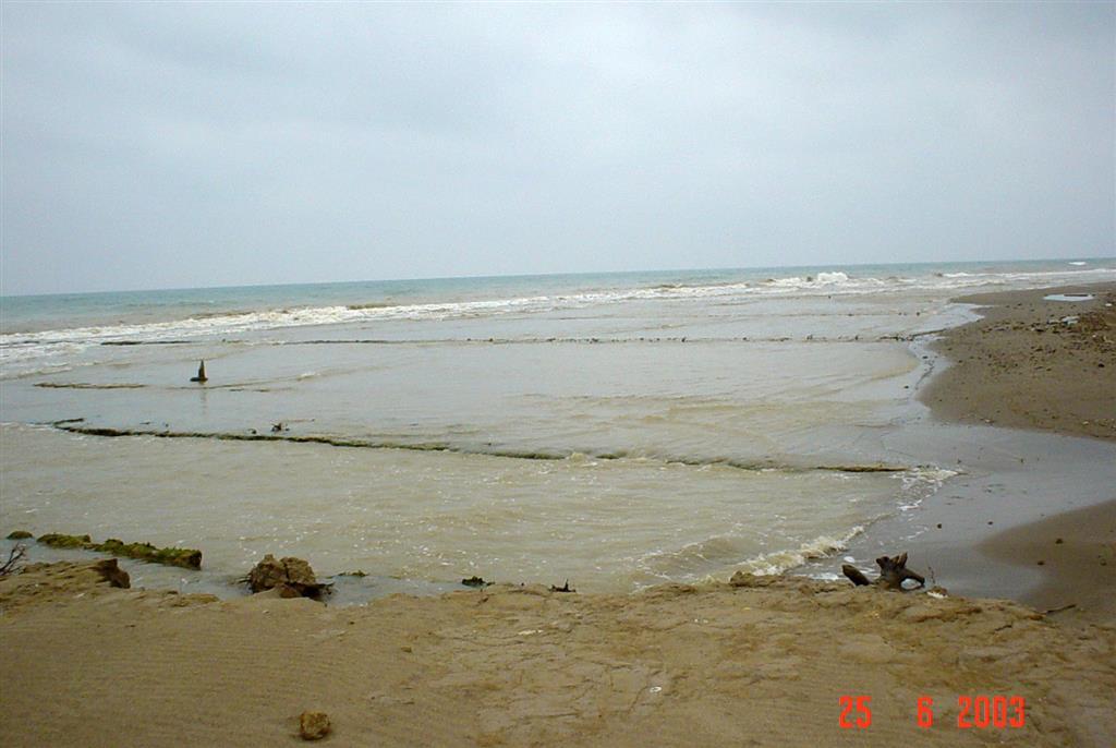 Restos de antiguas instalaciones pesqueras y salineras afectadas por el oleaje. Costa norte de la Isla de San Antonio.