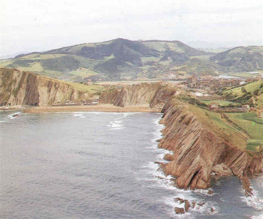 Vista general del acantilado costero y playa de San Telmo. (Foto: Diputación Foral de Guipúzcoa - C.G.S., S.A.)