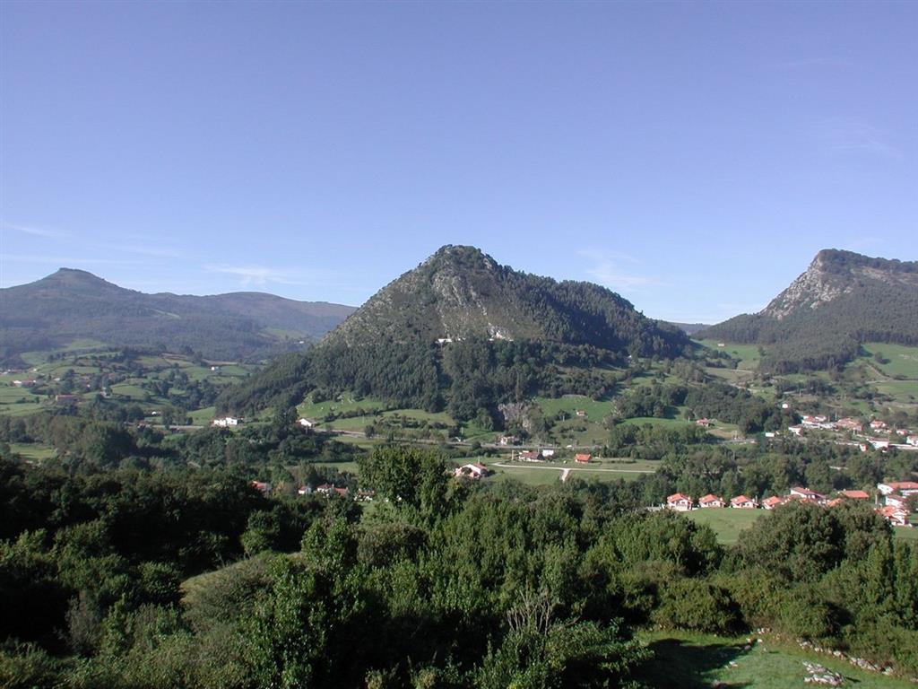 Panorámica general del Valle del Pas en la zona de Puente Viesgo con el Monte Castillo al fondo (foto Federico Bernaldo de Quirós)