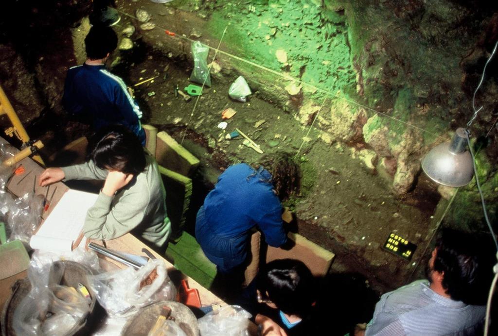 Detalle de la excavación del nivel 20 de la Cueva de El Castillo en la campaña de 1986 (foto Federico Bernaldo de Quirós)