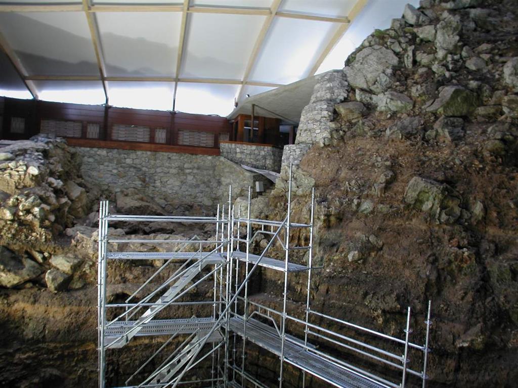 Estructura metálica instalada junto a la sección estratigráfica de El Castillo, instalada para permitir su estudio y muestreo (foto Federico Bernaldo de Quirós)