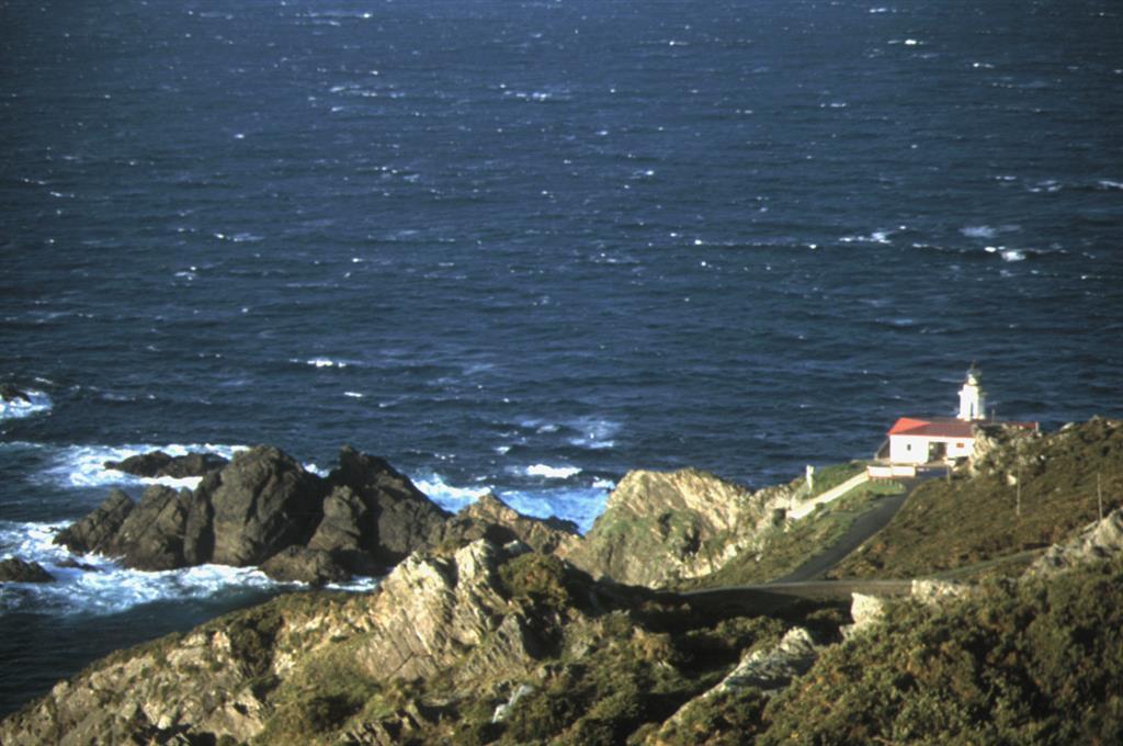 Punta Candelaria. Las rocas claras más cercanas son anfibolitas, gneises y rocas ultrabásicas de la zona de cizalla de Carreiro, mientras que las oscuras más alejadas son las anfibolitas de la unidad ofiolítica de Purrido