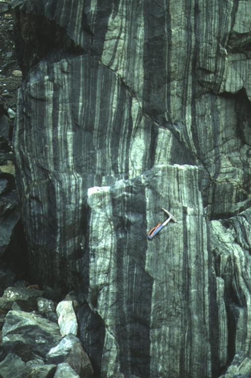 Rocas ultrabásicas bandeadas formadas por peritotitas (oscuras) y piroxenitas (claras) al nordeste de San Andrés de Teixido. Corresponden a la sección mantélica de las unidades superiores de alta presión y alta temperatura. Unidad de La Capelada