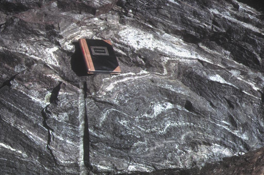 Bandeado migmatítico producido en estadios tempranos de la exhumación de las unidades catazonales o de alta presión y alta temperatura. Unidad de La Capelada, en la bajada por carretera a San Andrés de Teixido