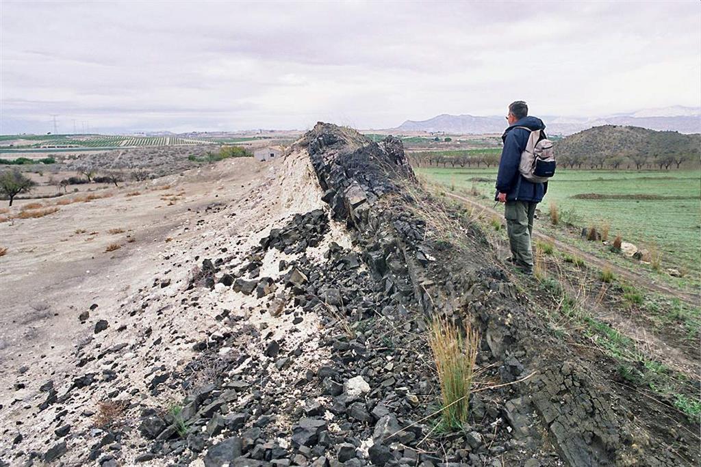 Afloramiento del dique circular de fortunitas, inyectado en sedimentos margosos sin consolidar. Se puede apreciar el buzamiento del dique hacia el interior del edificio volcánico