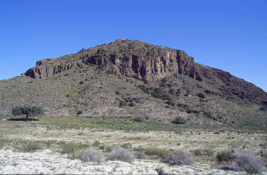 Vista del Cabezo María. Se trata de un cerro constituido por la acumulación de brechas de verita en un centro de emisión submarino
