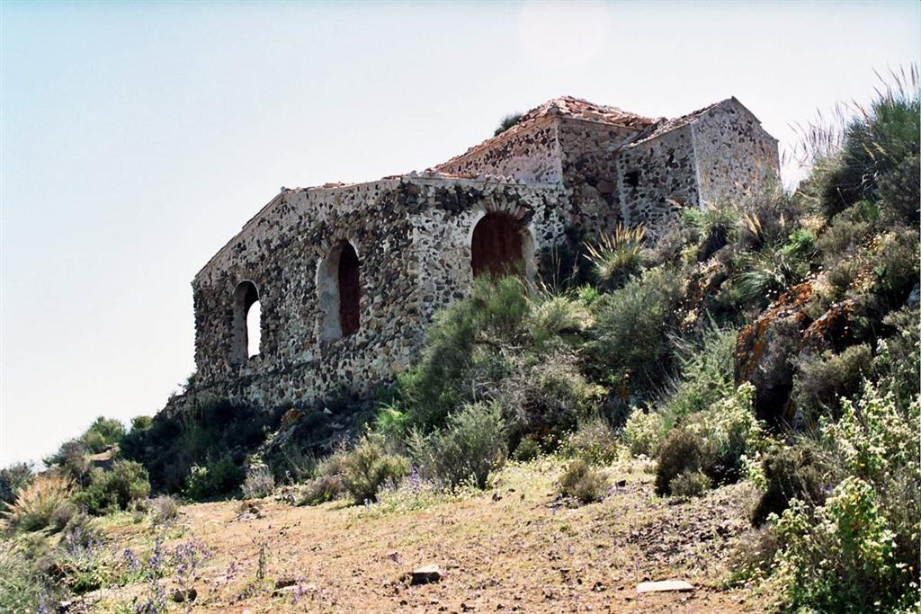 Ermita del Cabezo María. Edificación en estado ruinoso, construida sobre el túmulo de brechas submarinas de verita