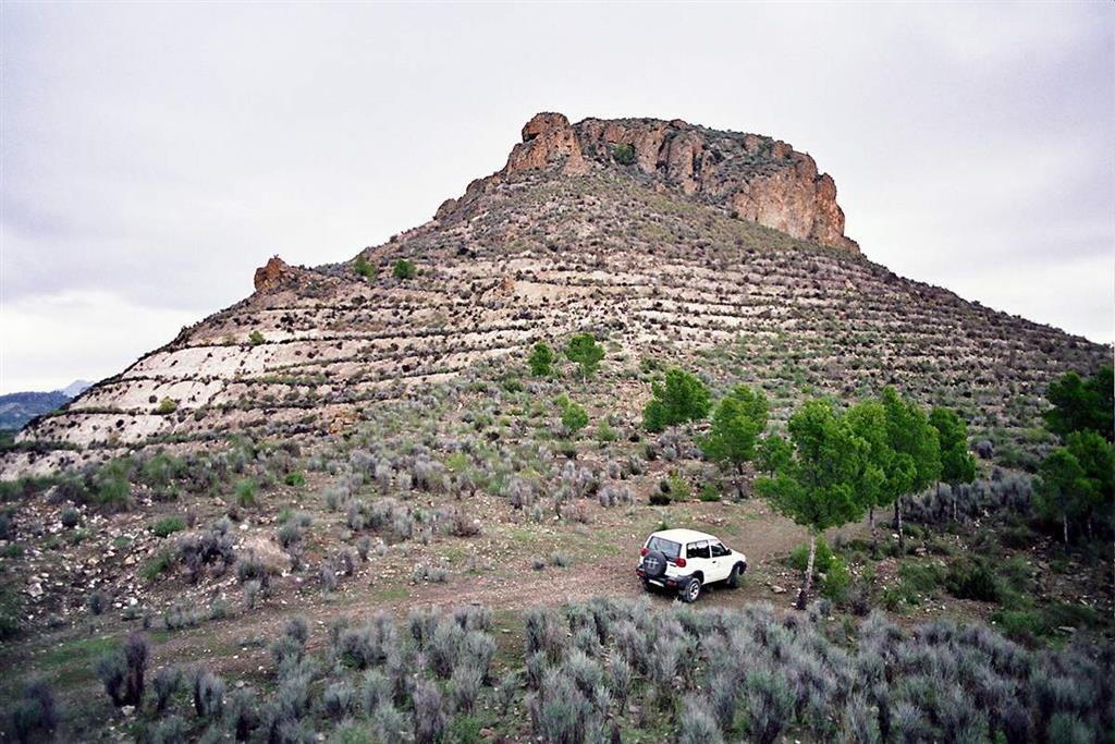 Resalte topográfico correspondiente a las coladas lamproíticas situadas sobre calizas y margas miocenas en la cumbre del cerro Salmerón
