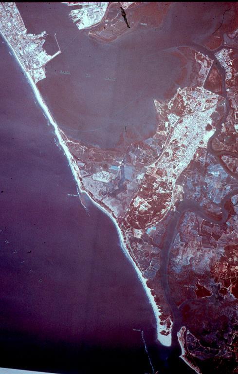 Imagen satélite donde aparecen el tómbolo Cádiz-San Fernando, la Isla del León (relieve sobre el que se ubica San Fernando, correspondiente a anticlinal diapírico elevado en Pleistoceno sup.) y al S la flecha litoral de Sancti-Petri